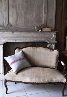 french grainsack settee learn upholstery at Vintage 57 Decoration Shabby, French Sofa, Take A Seat, French Decor, Country Decor, Painted Furniture, Upholstery, Interior Design, Distressed Fireplace