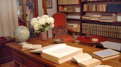 Αναπαράσταση του γραφείου του Νίκου Καζαντζάκη από το σπίτι του στην Αντίμπ