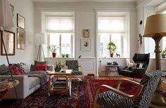 Lägenheten på söder: Estetik är viktigare än funktion - Sköna hem  Two patterned rugs side by side in modern vintage living room