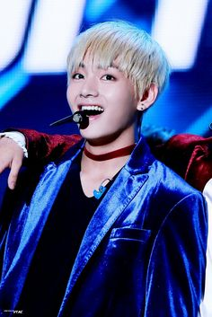 방탄소년단 -- 뷔 Just look at him he's so perfect....look at that Smile