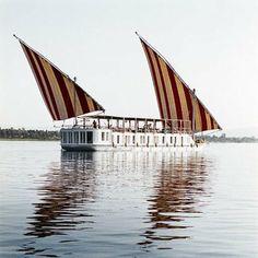Rêve sur le Nil  Bateau hôtel, le Nourelnil propose de découvrir l'Égypte de façon unique. De Louxor à Assouan, on oublie le temps, entre décoration raffinée à bord et splendeur du paysage.
