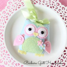 Felt owl in pastel colours - Barbara Handmade. Felt Owls, Felt Birds, Felt Diy, Handmade Felt, Fabric Crafts, Sewing Crafts, Craft Projects, Sewing Projects, Owl Crafts