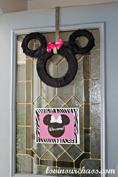 Minnie Mouse Door Wreath - wrap styrofoam or green floral foam with black ribbon or crepe paper streamers. Add a bow and you have an inexpensive and festive birthday wreath ! Sam Priddy for Caroline Minnie Mouse 1st Birthday, Minnie Mouse Theme, Mickey Mouse, 3rd Birthday Parties, Birthday Ideas, 2nd Birthday, Birthday Door, Birthday Wreaths, Mickey Party