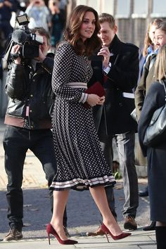 Duchess of Cambridge wears polka dots in London Kate Middleton Zapatos, Estilo Kate Middleton, Kate Middleton Style, Princesse Kate Middleton, Kate Middleton Prince William, Prince William And Kate, Latest Outfits, Mode Outfits, Duchesse Kate