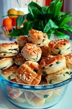 Igazi tavaszváró finomság ez a  finom medvehagymás pogácsa. Húsvétra is érdemes elkészíteni vendégvárónak. Finom, kívül ropogós, belül puha pogik. Salmon Burgers, Bagel, Scones, Food Inspiration, Cookie Recipes, Bread, Cooking, Ethnic Recipes, Chip Cookies