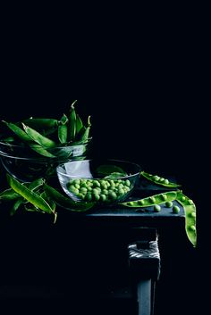 Guisantes by Raquel Carmona Dark Photography, Still Life Photography, Food Photography, Raw Food Recipes, Food Art, Photo And Video, Vegetables, Pictures, Photos