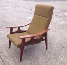 Deense design fauteuil uit de fifties, sixties of seventies. Het hout is van teak en de stoffering is nog heel. Kan wel even een poetsbeurtje gebruiken. Lijkt op merken als Bovenkamp of De Ster (Gelderland), designer Rob Parry. Zou kunnen dat het ook van hem is? Ik zie geen merkje. De stof en het frame is in nette tweedehands staat. Stof is niet gescheurd en heeft geen slijtplekken. Prijs: €150,-