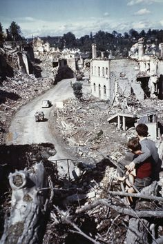 Village of Saint-Lo in ruins after the World War II invasion of Normandy. D Day Normandy, Normandy France, Normandy Ww2, D Day Invasion, Normandy Invasion, Historia Universal, Ardennes, Battle Of Britain, Military History