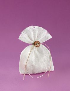 www.mpomponieres.gr Μπομπονιέρα γάμου πουγκί από δαντέλα λευκή με δέσιμο κορδόνι και σπαγκάκι περασμένα από κουμπί μπεζ.#mpomponieres #bomboniere #gamou #gamos #bonbonieres #μπομπονιερες #γαμου #γαμος #wedding #marriage http://www.mpomponieres.gr/mpomponieres-gamou/mpomponiera-gamou-pougki-dantela-me-koumpi.html