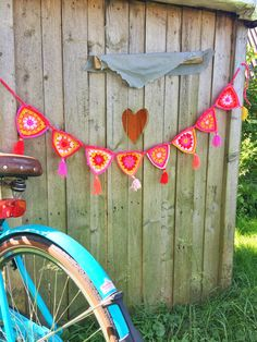 This crochet garland is perfect for summer barbecues and backyard parties! Free pattern by Wimke Tolsma (Dutch with photos) Bunting Pattern, Crochet Bunting, Crochet Garland, Crochet Diy, Modern Crochet, Crochet Home, Love Crochet, Beautiful Crochet, Crochet Summer