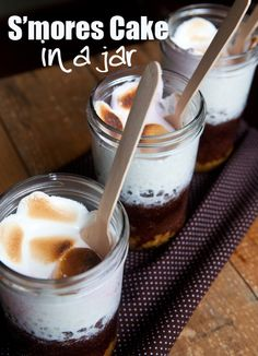 Yummy S'mores Cake in a Jar Recipe (microwave cake in a jar) Easy Desserts, Dessert Recipes, Awesome Desserts, Dessert Ideas, Microwave Cake, Smores Cake, Cake In A Jar, Macaroon Recipes, Digestive Biscuits
