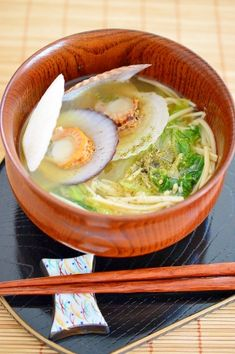 「出汁が効いてる!帆立稚貝のお味噌汁」帆立の稚貝から、とてもいい出汁が出ます。出汁が染み込んだ白菜が、とろ〜として美味しいです。シャキシャキのえのき茸を入れて、食感を楽しみました。【楽天レシピ】