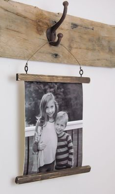 The easiest way to make canvas photo hangings that look real!littlehouseof… Source by kpprimitives Hanging Canvas, Hanging Frames, Hanging Pictures, Cadre Photo Diy, Diy Photo, Rustic Picture Frames, Picture On Wood, Photo Frame Ideas, Diy Picture Frame