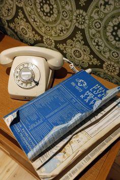 Kun ystävän tai ihastuksen perheessä vastattiin lankapuhelimeen sukunimellä tai puhelinnumerolla, ei koskaan tiennyt kuka vastaa.