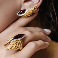 ,JeweLuxe 2017 is happening now at Ngee Ann City in Singapore! is exhibiting a Jewelry Art, Gold Jewelry, Jewelery, Fine Jewelry, Jewelry Necklaces, Fashion Jewelry, Jewelry Design, Unique Jewelry, Gold Earrings Designs