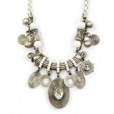 Collier Ethno Glam' de métal argent vieilli, pierres et perles blanches (en promo chez Diabolo Bijoux)