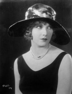 Such a pretty portrait of Esther Ralston from the 1920's. No specific date is given, sadly. From A Certain Cinema.