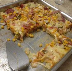 Pizza de liquidificador Ingredientes: 1 xícara de leite 1 e 1/2 xícara de farinha de trigo 1 ovo 1 colher de sobremesa de fermento em pó 1 pitada de sal 1 colher de sopa de margarina Molho de tomate