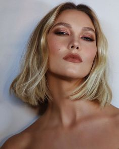 From Kaia Gerber to Karlie Kloss, It-girls everywhere are embracing the short bob haircut. Here's how to get their look according to an expert Best Bob Haircuts, Inverted Bob Hairstyles, Trendy Hairstyles, Bob Styles, Short Hair Styles, Melena Bob, Best Bobs, Chin Length Bob, Bob Haircut With Bangs