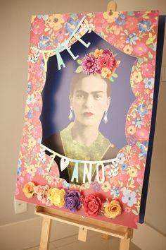 Bebê de um ano ganha festa em tons vibrantes inspirada em Frida Kahlo