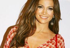 I capelli color miele proprio come Jennifer Lopez, ma non solo anche come Beyoncé o Jennifer Aniston, sono decisamente il top in tema di tinte per capelli. Questo tipo di tonalità infatti appare molto naturale ,miele è tutt'altro, illumina il viso proprio come fanno i capelli biondi, ma non lo rendono monotono.