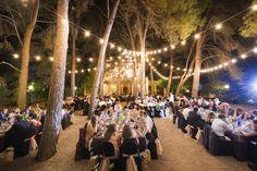 Una cena bajo la pineda iluminada... con la Masia como telón de fondo... ¡Cómo nos gusta el ambiente mágico que generan las bombillas a modo de feria! #Boda #Wedding #Rustic #happymoments #MasiaPlanaMallorqui