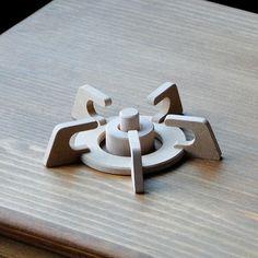 おままごと用の木製キッチンパーツです。高さ: 2.6cm 幅:10.6cm 輪の直径:7.0cm重さ:約31g 素材:MDF、ヨーロッパビーチ丸棒。 無塗装。 ※天然木素材を使用のため、木目、色味などが写真と多少異なる場合があります。定形外郵便で発送致します。