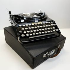 In great condition, this is a classic Art Deco typewriter with classic black shiny paintwork and chrome! Modern Typewriter, Working Typewriter, Typewriter For Sale, Antique Typewriter, Vintage Suitcases, Vintage Luggage, Vintage Typewriters, Plywood Furniture, Modern Furniture