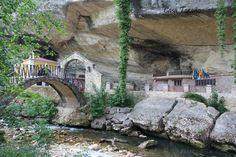 A las afueras de Infiesto( Piloña- Asturias) al abrigo de una gran roca a orillas del rio Marea,  se encuentra el Santuario de la Virgen de la Cueva.  Uno de los lugares de peregrinación de los asturianos. Frente a la Cueva se encuentra el Campus de los Romeros, un estupendo lugar para pasar un agradable  día de campo.