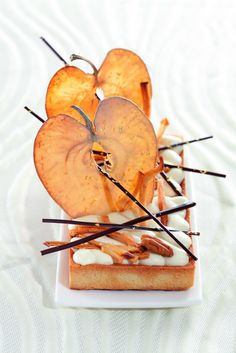 Philippe Bertrand et Martin Diez. Great food design / photo apple dessert very… Fancy Desserts, Apple Desserts, Food Design, Dessert Design, Gourmet Recipes, Dessert Recipes, Pear Dessert, Gourmet Foods, Gourmet Desserts
