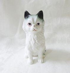 Grim-faced ceramic cat figurine white long haired vintage cm1488