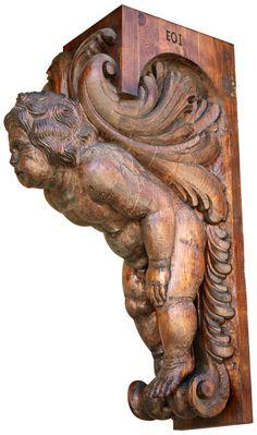 Un ángel tallado en madera.