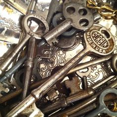 I love old keys- they seem so mystical! Knobs And Knockers, Door Knobs, Door Handles, Under Lock And Key, Key Lock, Vintage Doors, Vintage Keys, Old Fashioned Key, Old Keys