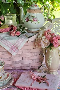 Basket picnic shabby chic 42 Ideas for 2019 Rose Cottage, Shabby Chic Cottage, Shabby Chic Style, Pink Roses, Pink Flowers, Picnic Time, Picnic Parties, My Tea, Vintage Tea