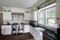 cuisine blanche et noire décorée de vaisselle verte superbe