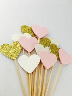 12 super schön gemischte Farbe Cupcake Topper, erhalten Sie 4 schimmernden rosa Topper, 4 schimmernden Elfenbein Topper und 4 Uber glitzernden gold Topper pro Bestellung.  Diese sind doppelt, einseitig, so dass sie auf der Rückseite genauso schön aussehen  Jedes Herz Maßnahmen 2,5 cm in der Breite und die Länge beträgt 9cm etwa aufgrund ihrer handgefertigten können dies leicht variieren. Ideal als Hochzeit Dekorationen, Geburtstag, Jubiläum und viele weitere Feierlichkeiten. Mein umdrehen…