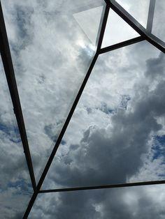 realtà parallela [to the sky]   Piramide di vetro di Dan Graham al Centro Galego d'arte contemporanea, Santiago de Compostela. Architetto: Alvaro Siza