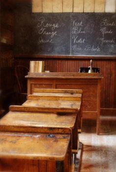 Salle de classe. j'ai connu ces bureaux que l'on cirait le dernier jour de classe, avec de la cire que l'on rapportait de chez soi.