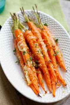 Garlic Parmesan Roasted Carrots - oven roasted carrots with butter, garlic and Parmesan cheese. The easiest and most delicious carrot recipes ever! Carrots In Oven, Oven Roasted Carrots, Balsamic Carrots, Best Carrot Recipe, Carrot Recipes, Easy Delicious Recipes, Yummy Food, Healthy Recipes, Fancy Dinner Recipes