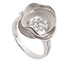 Красивое кольцо из белого золота с бриллиантами в виде изящного цветка. Это очаровательное ювелирное украшение для тонких натур. Цветочный дизайн – всегда удачное решение, которое не выходит из моды. Золотое кольцо с бриллиантами – роскошь, которой вы заслуживаете.