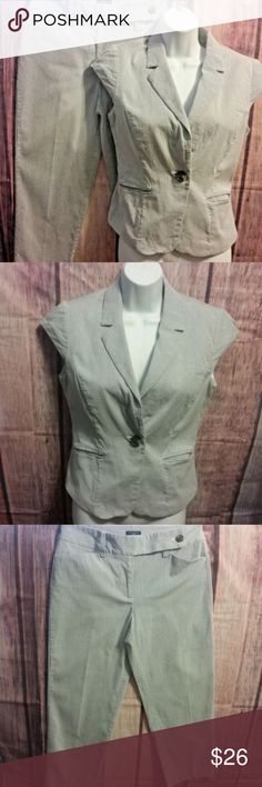 """Ann Taylor Signature 2pc Suit Cropped Capri 2 Ann Taylor Signature Womens 2pc Suit Cropped/Capri Pants Top is fully lined. Pants are not. 97% Cotton; 3% Spandex Cap Sleeve Size 2  Bust (laying flat armpit to armpit): 18"""" Shoulder to hem: 19"""" Waist (laying flat): 15"""" Rise: 9"""" Hip (laying flat): 19"""" Inseam: 24.5"""" Leg Opening: 7""""  Trusted seller. Fast shipping.  Please see all career wear listed in my ebay store. Amazing deals are being added daily. Ann Taylor Pants Capris"""