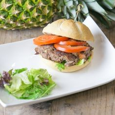 It is cold outside. The ground is frozen, is on every car and the sky has the colour of a winter depression. Time for some comfort food! What about a solid burger with a hint of summer. This Hawaii burger will be your saviour.