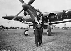 Отважные: Женщины в WRNS включая эту Радиотехник, полетели испытательные миссии в самолетах, таких как пикирующий бомбардировщик Fairley Barracuda (сзади), перед передачей коллег-мужчин