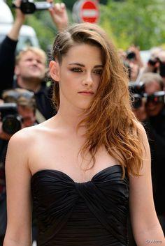 Kristen Stewart também optou pela trança de raiz lateral simulando um falso sidecut no desfile da grife Zuhair Murad durante a semana de moda de Alta Costura em Paris