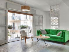 דירת קבלן שנרכשה על הנייר ושונתה על ידי דייריה הפכה לפינת קסם יפואית שמתייחסת לסביבה אבל גם משלבת עיצוב מודרני וקליל כיאה למשפחה צעירה