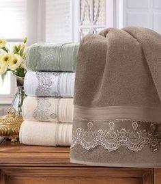 Resultado de imagem para toalhas de lavabo Bathroom Towel Decor, Bathroom Hacks, Towel Embroidery, Embroidered Towels, Hand Towels, Tea Towels, Crochet Towel, Burlap Table Runners, Decorative Towels