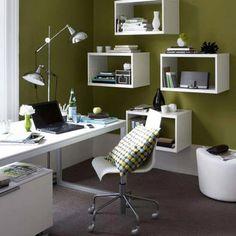 Home Office totalmente branco com a parede na cor verde musgo