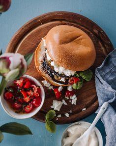 Helpot hampurilaiset grillissä Välimeren twistillä Summer Food, Summer Recipes, Hamburger, Pasta, Ethnic Recipes, Summer, Hamburgers, Burgers, Pasta Recipes