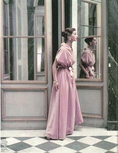 Balenciaga. Modèle en velours photographié au château de Versailles en 1952