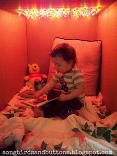Zo gaaf! Een grote kartonnen doos zoeken en gaatjes aan de bovenkant erin prikken. Vervolgens kerstverlichting in vrolijke kleurtjes door de gaatjes prikken. Aan de binnenkant een dekentje en een kussentje en je kind heeft een eigen speelplekje!